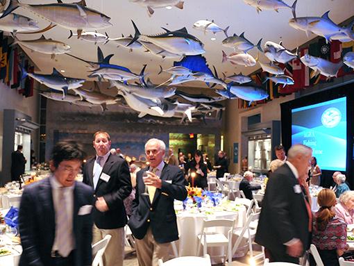 併設されている「釣り殿堂」は、天井から数多くの魚のレプリカが吊るされて、宴会場にもなる大スペース