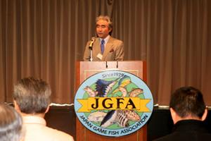 全国各地から集まったJGFA会員を前に総会の挨拶をする長鋪毅一郎会長