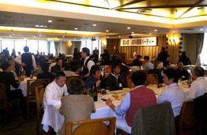 総会後に恒例の懇親パーティーが開かれました。